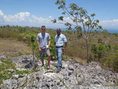 Barrett Friesen (UNAVCO), y Lyndon Brown (UWI - Mona Earthquake Unit), Jamaica